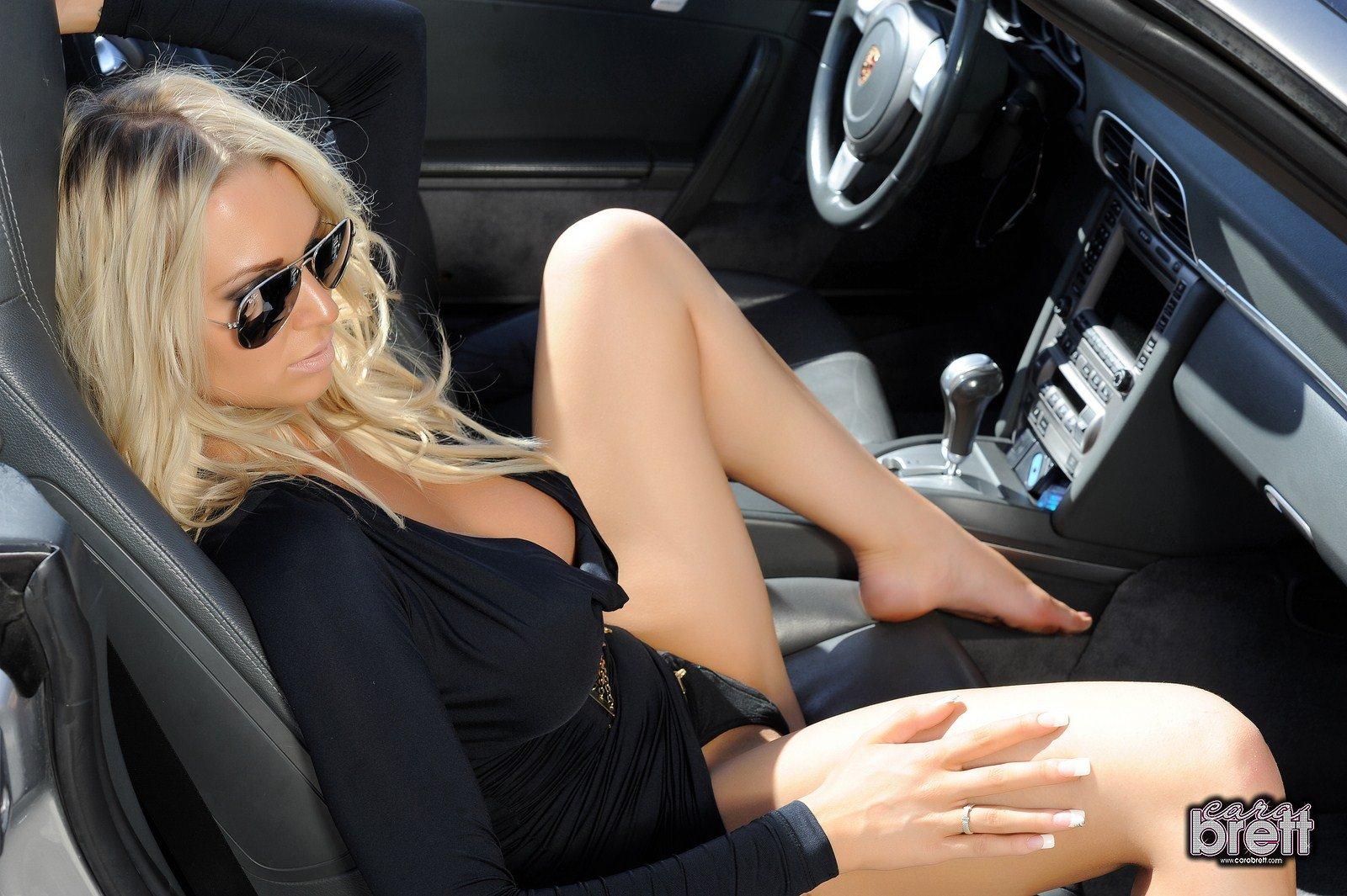 blondinka-golaya-v-mashine